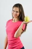 Glückliche lächelnde Frau mit Apfel Stockfotos
