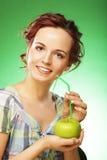 Glückliche lächelnde Frau mit Apfel und Stroh-Cocktail Lizenzfreies Stockfoto
