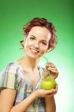Glückliche lächelnde Frau mit Apfel und Stroh-Cocktail Lizenzfreies Stockbild