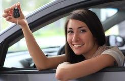 Glückliche lächelnde Frau mit Autotaste lizenzfreies stockbild