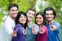 Glückliche lächelnde Freunde zusammen Stockfotos