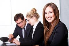 Glückliche lächelnde Geschäftsfrau Stockfotografie
