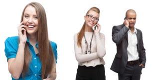 Glückliche lächelnde Geschäftsleute, die per Mobiltelefon nennen Lizenzfreie Stockfotografie