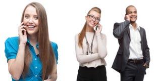 Glückliche lächelnde Geschäftsleute, die per Mobiltelefon nennen Lizenzfreie Stockbilder