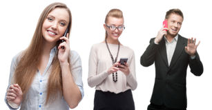 Glückliche lächelnde Geschäftsleute, die per Mobiltelefon nennen Stockfoto