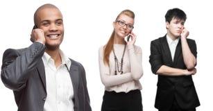 Glückliche lächelnde Geschäftsleute, die per Mobiltelefon nennen Stockfotografie