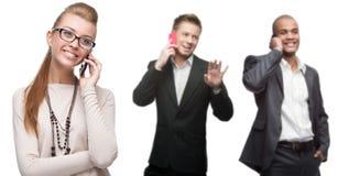 Glückliche lächelnde Geschäftsleute, die per Mobiltelefon nennen Stockbild