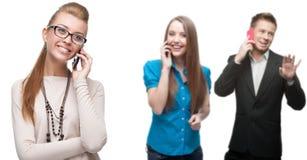 Glückliche lächelnde Geschäftsleute, die per Mobiltelefon nennen Stockfotos