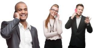 Glückliche lächelnde Geschäftsleute, die per Mobiltelefon nennen Lizenzfreies Stockbild