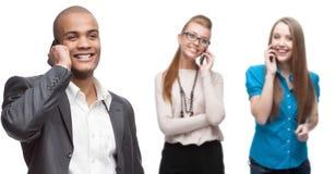 Glückliche lächelnde Geschäftsleute, die per Mobiltelefon nennen Lizenzfreie Stockfotos