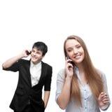 Glückliche lächelnde Geschäftsleute, die per Mobiltelefon nennen Stockbilder