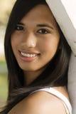 Glückliche lächelnde gesunde Frau stockfoto