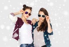 Glückliche lächelnde hübsche Jugendlichen in der Sonnenbrille Lizenzfreie Stockfotos