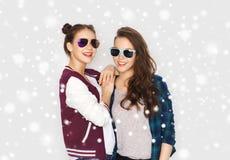 Glückliche lächelnde hübsche Jugendlichen in der Sonnenbrille Lizenzfreies Stockfoto