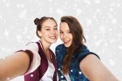 Glückliche lächelnde hübsche Jugendlichen, die selfie nehmen Lizenzfreies Stockbild