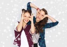 Glückliche lächelnde hübsche Jugendlichen, die Spaß haben Lizenzfreie Stockfotos