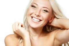Glückliche lächelnde junge blonde Frau Lokalisiert auf Weiß Lizenzfreies Stockfoto
