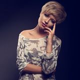 Glückliche lächelnde junge blonde Frau mit kurzem Pendelfrisur lookin Stockfotografie