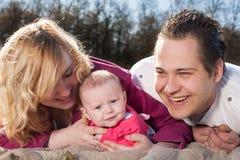 Glückliche lächelnde junge Familie stockbilder