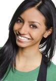 Glückliche lächelnde junge Frau lizenzfreie stockfotos