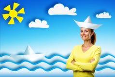 Glückliche lächelnde junge Frau auf Karikaturhintergrund Stockbilder