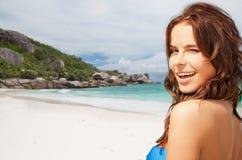 Glückliche lächelnde junge Frau auf tropischem Strand Lizenzfreie Stockfotos