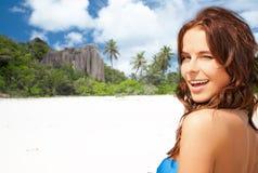 Glückliche lächelnde junge Frau auf tropischem Strand Lizenzfreies Stockbild