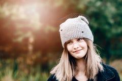 Glückliche lächelnde junge Frau in der woolen grauen Kappe lizenzfreie stockfotos