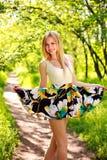 Glückliche lächelnde junge Frau im grünen Sommerwald Lizenzfreies Stockfoto