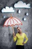 Glückliche lächelnde junge Frau mit Regenschirm Lizenzfreies Stockbild
