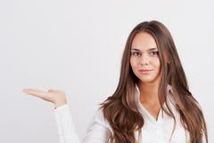 Glückliche lächelnde junge Geschäftsfrau Stockfotos