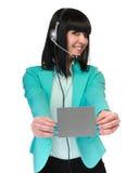 Glückliche lächelnde junge Geschäftsfrau, die leeres Schild zeigt Stockbilder