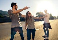 Glückliche lächelnde junge Gruppe von Personen, die zusammen steht Stockfotos