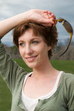 Glückliche, lächelnde junge schöne Frau draußen Stockfotografie