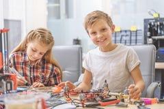 Glückliche lächelnde Kinder im Studio Stockfotos