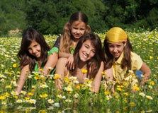 Glückliche lächelnde Kinder am Sommer Lizenzfreies Stockfoto