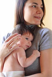 Glückliche lächelnde Mutter mit Schätzchen Stockfoto