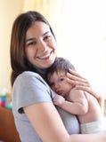 Glückliche lächelnde Mutter mit Schätzchen Lizenzfreies Stockfoto