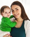 Glückliche lächelnde Mutter mit Tochter Lizenzfreies Stockfoto