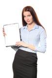 Glückliche lächelnde nette junge Geschäftsfrau mit Klemmbrett, isola Lizenzfreie Stockfotos