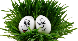 Glückliche lächelnde Ostereier auf einem weißen Hintergrund Stockbild