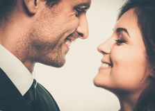 Glückliche lächelnde Paare lizenzfreie stockfotografie