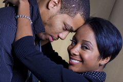 Glückliche lächelnde Paare stockbild