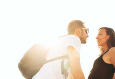 Glückliche lächelnde Paare in der Liebe lizenzfreie stockfotografie