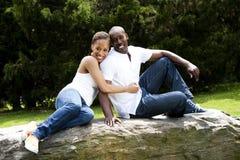 Glückliche lächelnde Paare des Spaßes in der Liebe Stockfotos