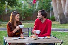 Glückliche lächelnde Paare, die zu Mittag essen Lizenzfreie Stockfotografie