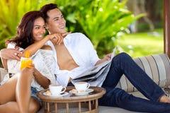 Glückliche lächelnde Paare genießen zusammen stockbilder