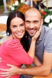 Glückliche lächelnde Paare von mittlerem Alter Stockfotos