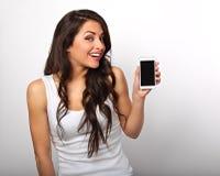 Glückliche lächelnde schöne aufgeregte Frauenholding und Werbung MO lizenzfreie stockfotografie