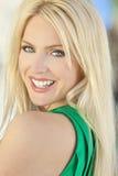 Glückliche lächelnde schöne junge blonde Frau Stockbilder